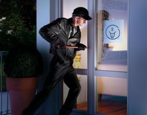 Ladro prova a scassinare porta